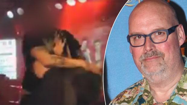 Här blir gitarristen attackerad på scen