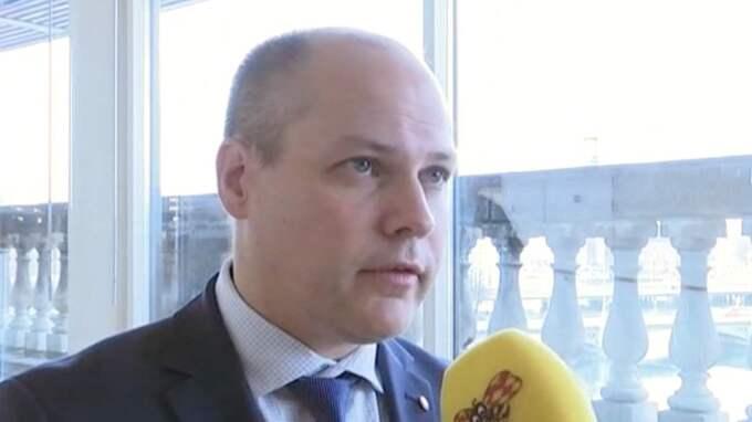 """Migrationsminister Morgan Johansson (S) uppmanar allmänheten att bli goda män. Han är dock orolig över invandringens kostnader: """"Vi måste se till att fler tar på sig det här uppdraget"""", säger han."""