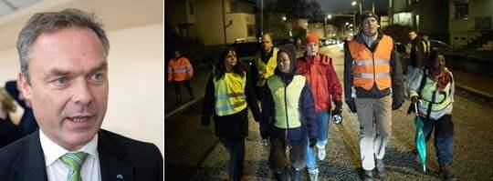 Utbildningsminister Jan Björklund utesluter inte en lagskärpning. I torsdags gick hundratals människor skallgång efter 9-åriga Anna i Skår, Göteborg. Foto: Sven Lindwall, Anders Ylander