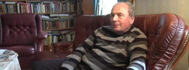 """FALSKA PASSET. Agent """"Thomas"""" fick ett östtysk pass med nya förnamn och förfalskad födelseort när han placerades i Sverige. Kyrkoherden medger att det är han på fotot - men nekar till att han sett det tidigare. Foto: Jenny Modin"""