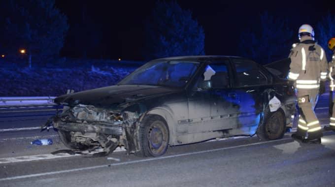 Det blev totalstopp på vägen efter att en berusad man dragit ner 100 meter vajer med sin bil. Foto: / David Harseth/Dagsmedia.se/60892