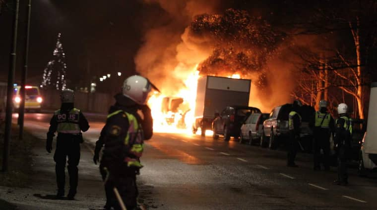 Många bilar har satts i brand i Rågsved och Hagsätra sent på lördagskvällen. Foto: Lars Höglund/EPS