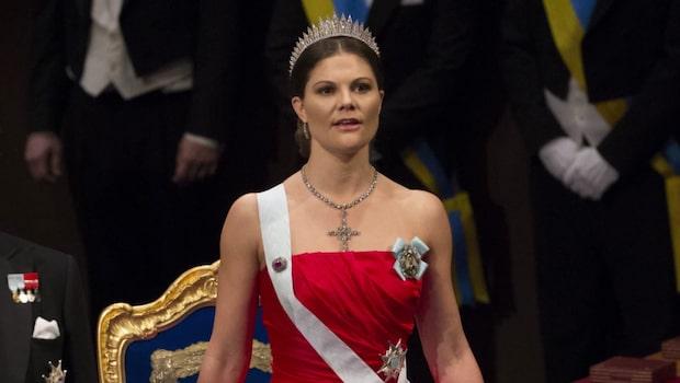 Se Kronprinsessan Victorias nobelklänningar