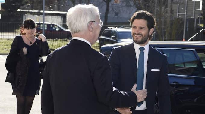 Prins Carl Philip hälsades välkommen av Peter af Trampe, ordförande i svenska dyslexiföreningen. Foto: Claudio Bresciani / Tt