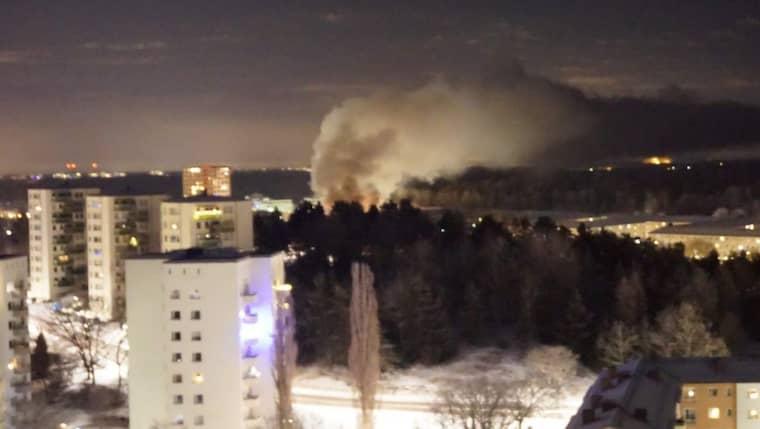 En stor rökpelare syns efter explosionen i Grimsta Foto: Wolf Krabel