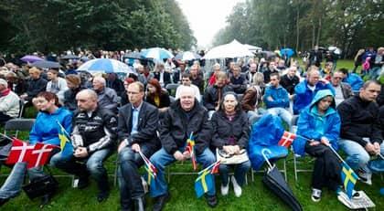 Ungefär 250 personer kom för att lyssna på Jimmie Åkesson och danska Pia Kjærsgaard i regnet. Foto: Stefan Lindblom / Helsingborgs-Bild