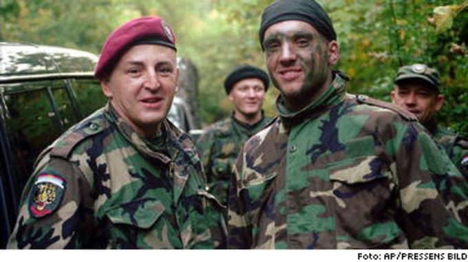 VAPENBRÖDER. Svenske Mihajlo Raznatovic (th) tillsammans med pappa Arkan, krigsförbrytare och ledare för hänsynslösa Tigrama. Fotot togs i september 1995, några månader efter massakern i Srebrenica. FN:s krigstribunal i Haag efterlyste Arkan för att ha mördat tusentals muslimer.