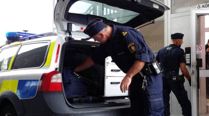 Vittnesuppgifter uppger att 15-20 personer hoppade ur bilar och gav sig på en person på Stenungsundstorg. Polis på plats beskriver läget som hätskt. Foto: Mikael Berglund