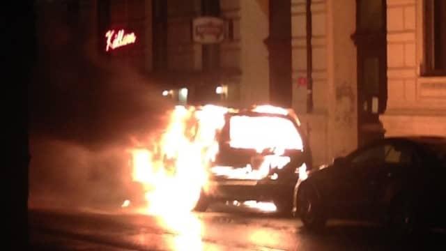 En bil är satt i brand på Vasagatan i Göteborg. Foto: Läsarbild