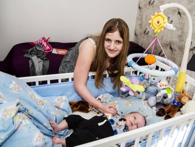 För 16-åriga Linnea Fritz vändes allt på ända när hon födde en son på toaletten. Foto: Christian Örnberg