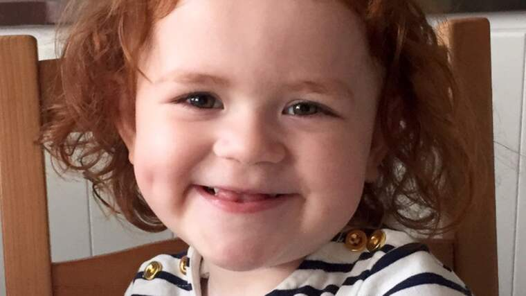 Treåriga Alma är en superglad tjej, full av liv och bus. Men redan fyra dagar gammal opererades hon första gången för att överleva och på sikt behöver hon ett nytt hjärta, enligt mamma Jennifer Nilsson. Foto: Privat