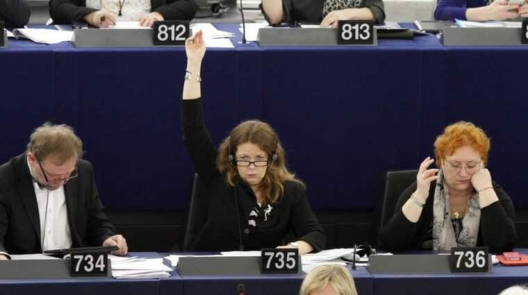 HANDEN UPP FÖR SVERIGE. Cecilia Wikström, (FP), sitter och lyssnar på svensk tolkning samtidigt som hon röstar med att räcka upp handen i plenum i Strasbourg. Under en tvåtimmars omröstning kan det ibland bli hundratals handuppräckningar. Foto: Kristofer Sandberg