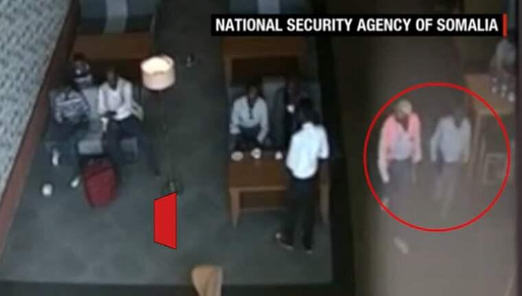 Här ser man två personer gå igenom säkerhetskontrollen med datorn, där man tror att bomben blev insmugglad.