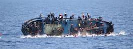 Marinen närmar sig – då välter flyktingbåten