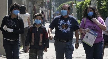 Världshälsoorganisationen WHO höjde i natt varningsnivån för pandemi. Det nya viruset liknar ingenting forskarna sett förut. Foto: Stringer Beijing
