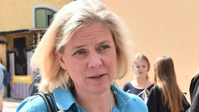 Finansminister Magdalena Andersson får nu kritik för den höjda bensinskatten.