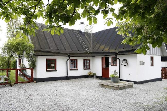Husets dörrar och fönster är målade i en mörkare variant av faluröd. Från början var även de övre gavlarna röda, men Anna föredrar dem grå.