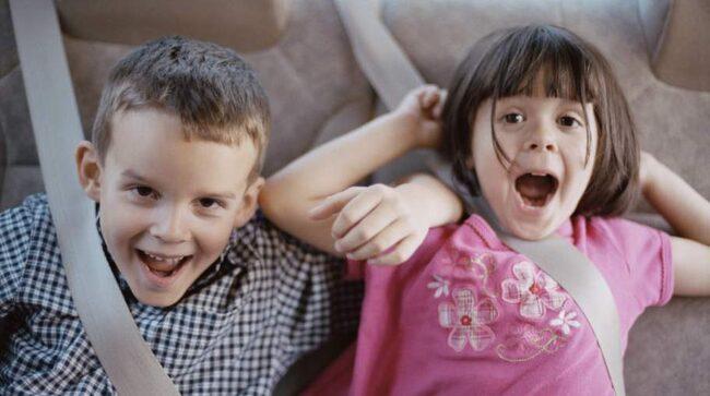 Bilresan kan bli påfrestande med livliga och skrikande barn i bilen.