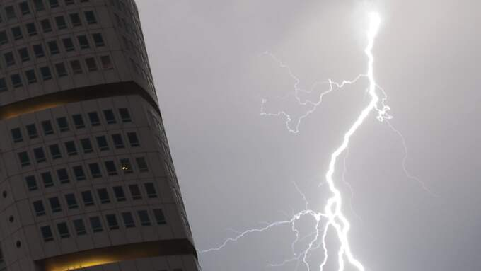 Det kommer att blixtra ordentligt i Sydsverige om man får tro SMHI:s prognos. Här vid Turning Torso, för några år sedan. Foto: JOHAN NILSSON / SCANPIX / SCANPIX SWEDEN