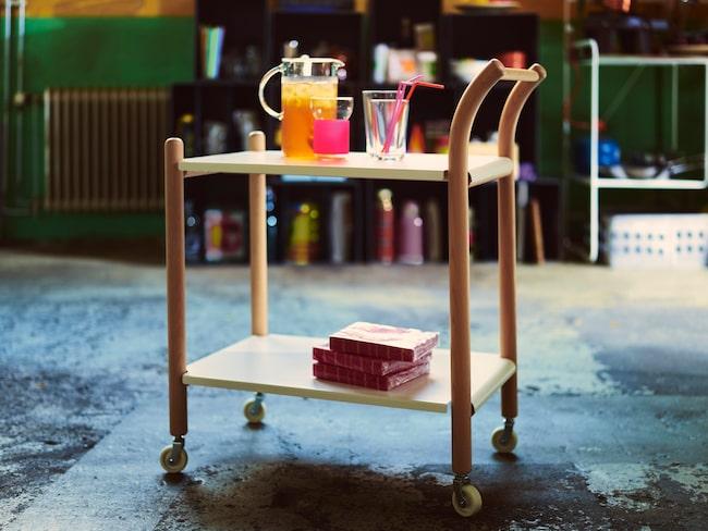 """Sidobord med hjul.  """"Jag älskar att skapa nya produkter på fabriksgolvet. Att faktiskt kunna röra vid materialet och förstå  produktionen gör hela jobbet så mycket roligare. IKEA PS 2017 sidobord med hjul är resultatet av en sådan resa. Ett flyttbart soffbord som kan användas på många olika ställen."""" — Thomas Sandell, designer."""