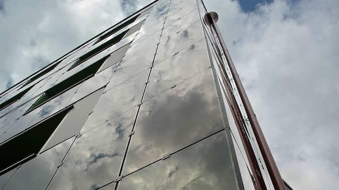Niovåningshuset Stacken i Bergsjön har fått en ny fasad helt täckt med solceller. Foto: Annika Söderlund