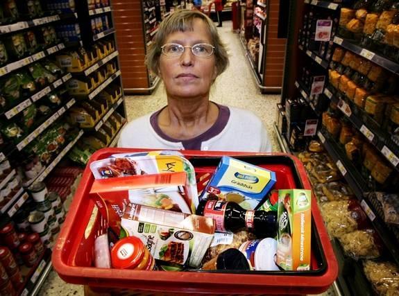 """GIFT I MATEN. Glutamat döljer sig i en lång rad livsmedel. Läkaren Annika Dahlqvist undviker glutamat. """"Jag väljer så naturlig mat som möjligt, säger hon."""""""