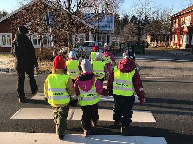 Här vid Hyttans förskola kör alltför många för fort. Men det försöker barnen, med polisens hjälp, att sätta stopp för.