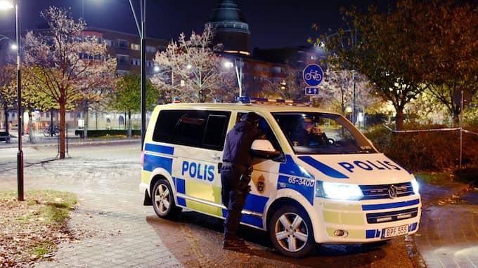 Polis fanns under natten mot onsdag på plats vid en skola och en busstation i Malmö efter larm om ett misstänkt gruppvåldtäkt mot en kvinna. Foto: PATRICK PERSSON / WWW.PPPRESS.SE