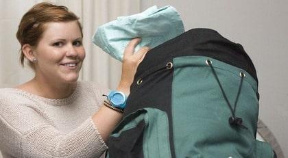 Anna Alfredsson packar allt för resan i sin ryggsäck.  quot Böcker är  onödigt e2c491e4b6a08