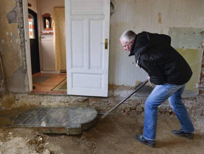 INGET SKELETT. Nej, det finns inga människor begravda i Gert Nilssons tv-rum. Han lyfte på stenen och kollade när KvP var där. Foto: Lasse Svensson