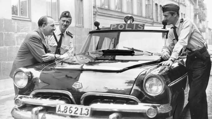Den svenska modellen före dagens utveckling. På 50-talet hade polisen bilar med ett drag av Ghostbusters. Här snackar deckarförfattaren Folke Mellvig mord i buskage med två polismän. Foto: JONNY GRAAN
