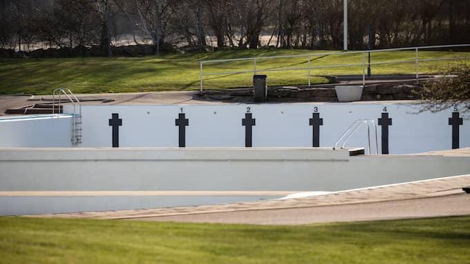 Brottets bassänger står tomma än så länge, men kommer att öppna som vanligt. Men för privatpersoner är det förbjudet under hela säsongen att fylla poolen med dricksvatten. Foto: PEO MÖLLER