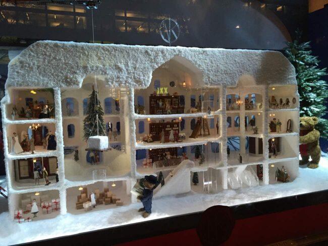 <span>NK:s julskyltning 2015 tar besökarna med på en resa genom historien. Första skyltförnstret fokuserar på 1915 – året då Nordiska Kompaniet slog upp portarna för första gången.<br></span>