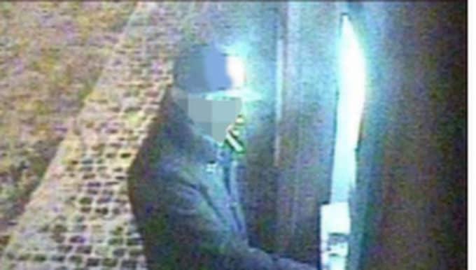 Den misstänkte mannen har vid flera tillfällen fångats på bild då han försöker ta ut pengar med hjälp av kontkort som inte tillhör honom.