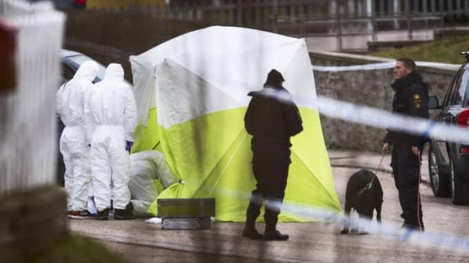Polisens tekniker på plats efter trippelmordet i Uddevalla i mars förra året. Foto: Robin Aron