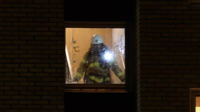 Tre brandstationer med 22 man bekämpar elden i Frölunda Foto: Nora Lorek