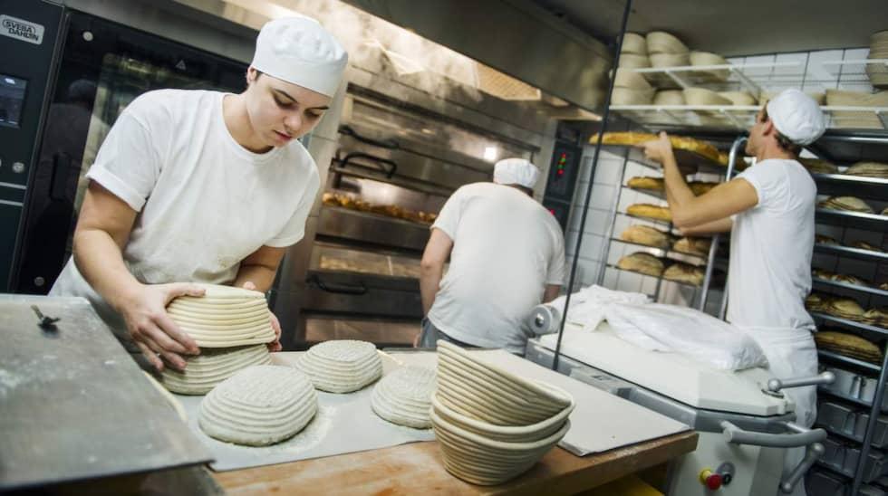 SURDEGSTRENDEN HÅLLER I SIG. Åsa Svensson , Anton Emanuelsson och Joans Rieback bakar surdegsbröd till brödbutiken och restaurangerna. de tror att surdegstrenden är här för att stanna. Foto: Robin Aron
