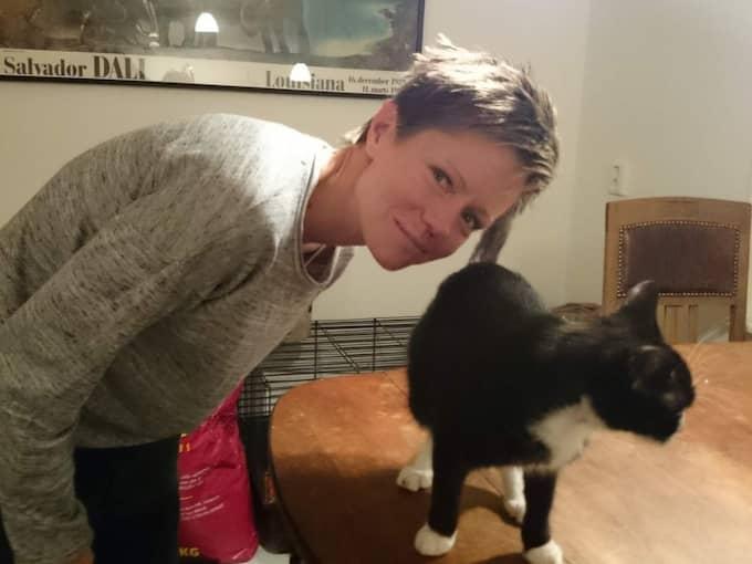 Malin från kattjouren och den nu föräldralösa kattungen.