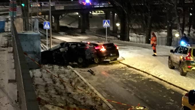 Mannen skadas allvarligt i kollisionen. I den andra bilden skadas passageraren lindrigt. Foto: Daniel Ingmo