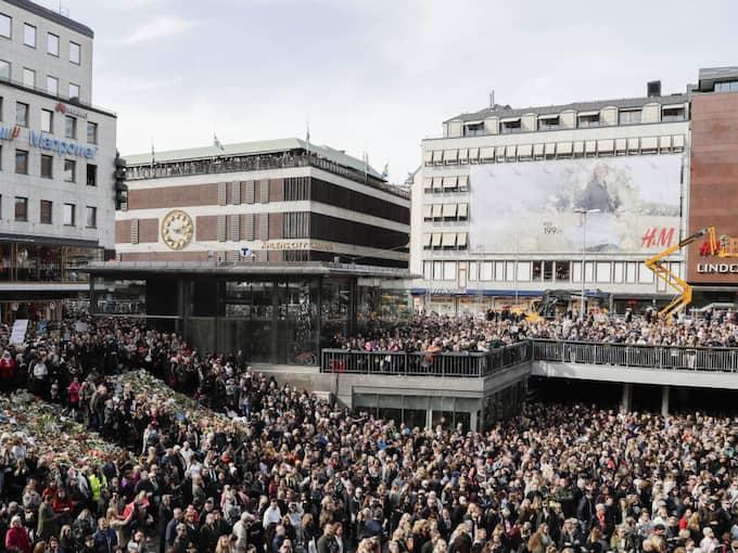 Tusentals samlades på Sergels Torg i Stockholm. Foto: Markus Schreiber / AP TT NYHETSBYRÅN