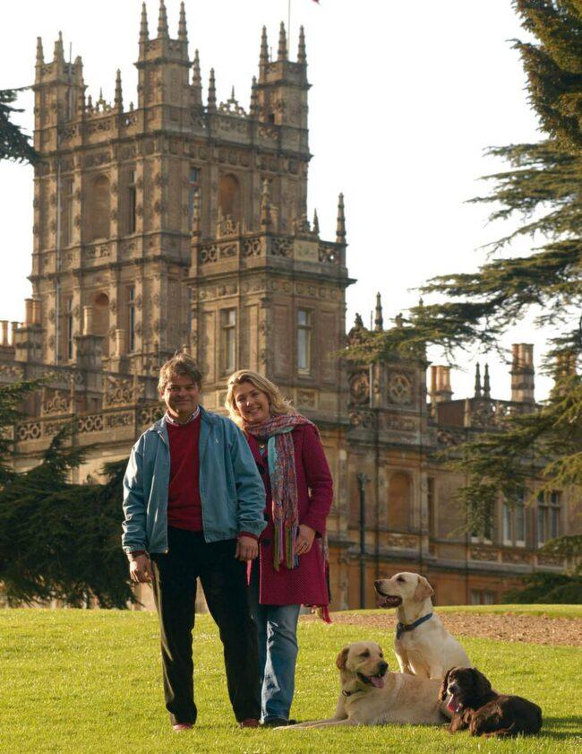 Lord och lady Carnarvon framför sitt slott.