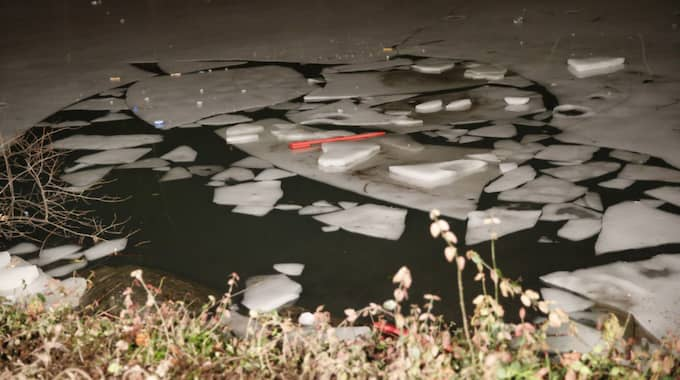 Isen brast och de sju ungdomarna hamnade i vattnet. Foto: Kathy Willens / AP TT NYHETSBYRÅN