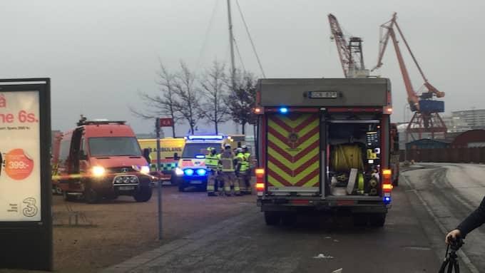 Så väl räddningstjänst som polis är på plats på SVT-huset. Foto: Maria Dahlin