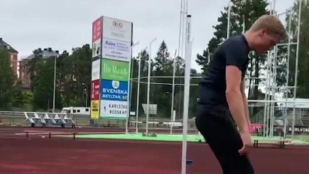 Friidrottaren Henrik Larsson visar sin favoritövning