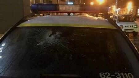 Med krossad ruta kunde polisbilen inte köra vidare. Foto: Polisen