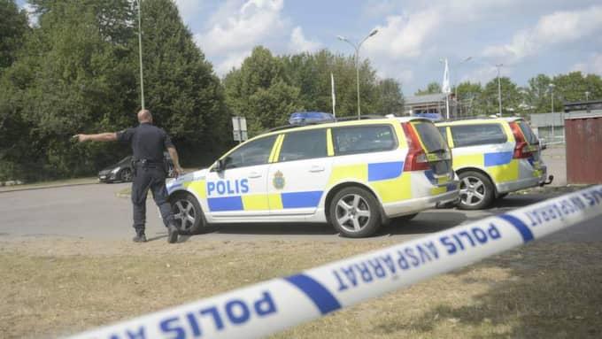 """Åklagare har under tisdagen anhållit 16 personer, misstänkta för mord och försök till mord. """"Vi utesluter inte en gänguppgörelse"""", sa polisen under morgonen. Foto: Emil Nordin"""