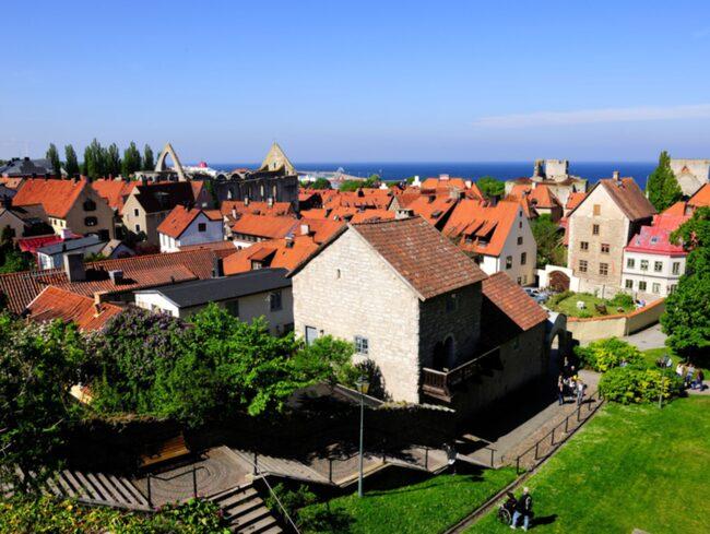 Medeltida hus, kyrkoruiner och den gamla stadsmuren ger centrala Visby en alldeles speciell atmosfär.
