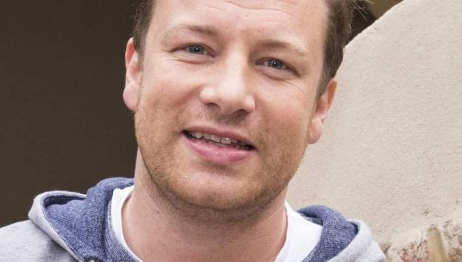 """""""Det bör beskattas, precis som tobak och annat som faktiskt kan förstöra liv"""", säger Jamie Oliver till tidningen."""