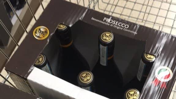 Det var Lidls eget märke Allini Prosecco som dealen gällde och inom bara några minuter var sortimentet tömt. Foto: Emmarghh23 / Twitter