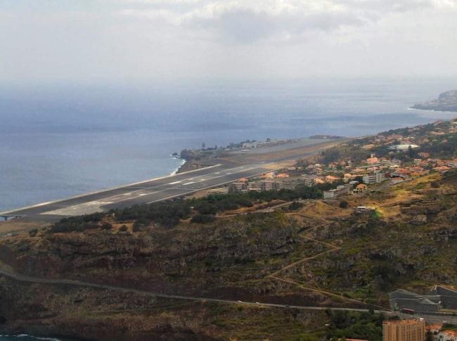 """<span>Funchal på Madeira är en av världens knepigaste flygplatser att landa på.</span> <span>FOTO: <a href=""""https://www.flickr.com/photos/mgaylard/11887125436/in/photolist-j7qAGJ-j7nHrZ-j7qA1d-j7nFBr-j7mo1t-j7qCQb-j7osCQ-j7qyJ5-j7mmwB-j7nFKn-j7nKd4-j7otbo-j7otpE-j7owuY-j7ouZU-j7nFUR-j7nLBX-j7ovfJ-j7qDgw-j7qC6q-j7qCfy-9rfReT-9rfR8v-9riP21-9rfRcZ-j7nMkk-4GsgJE-9riP4s-9rPxcR-9rfRb4-j7oyaw-j7qEBY-j7oyM3-j7nLRp-j7oxUw-j7nM5a-j7nPNB-j7nNWX-j7qFe9-j7qFZ7-j7ozEq-j7mrFe-cDEoNY-a3R6Fn-65emDq-a3TUmf-GKQnA-65a6dt"""">Michael Gaylard/Flickr</a></span>"""